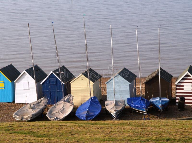 De hutten van het strand en varende Boten stock afbeeldingen