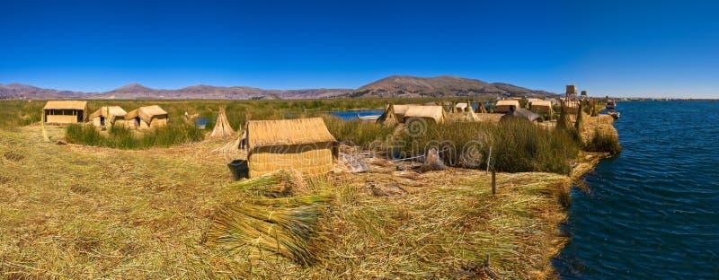 De hutten van Peru Uro van het Titicacameer op het drijven eilandpanorama stock foto