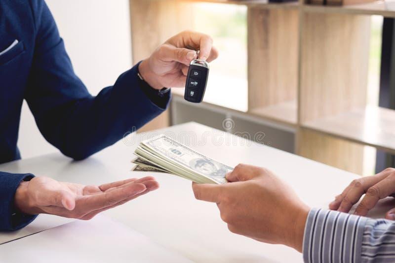 De huurovereenkomst voor het ondertekenen van een Document van de autoverzekeringspolis en een Vorm van een Overeenkomst van de V stock afbeelding