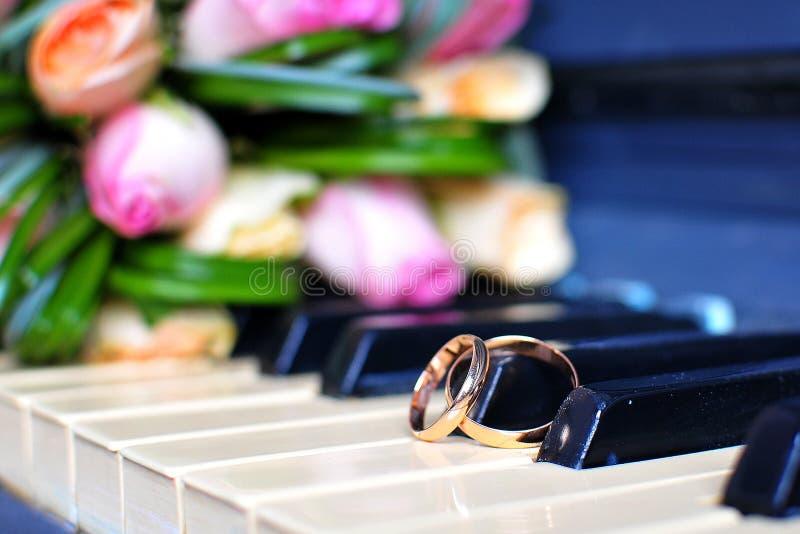 De huwelijksdecoratie en de decoratie, het boeket van de bruid, liggen en wachten op de bruid stock fotografie