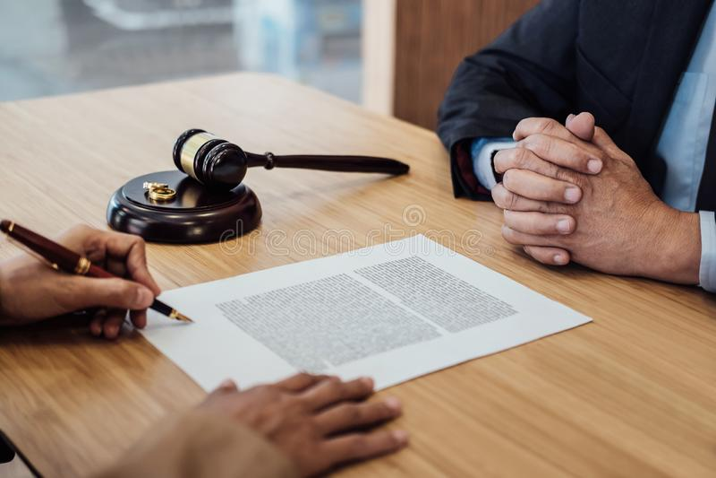 De huwelijksscheiding op Rechtershamer het beslissen, het Overleg tussen een Onderneemster en een Mannelijke advocaat of een rech royalty-vrije stock fotografie