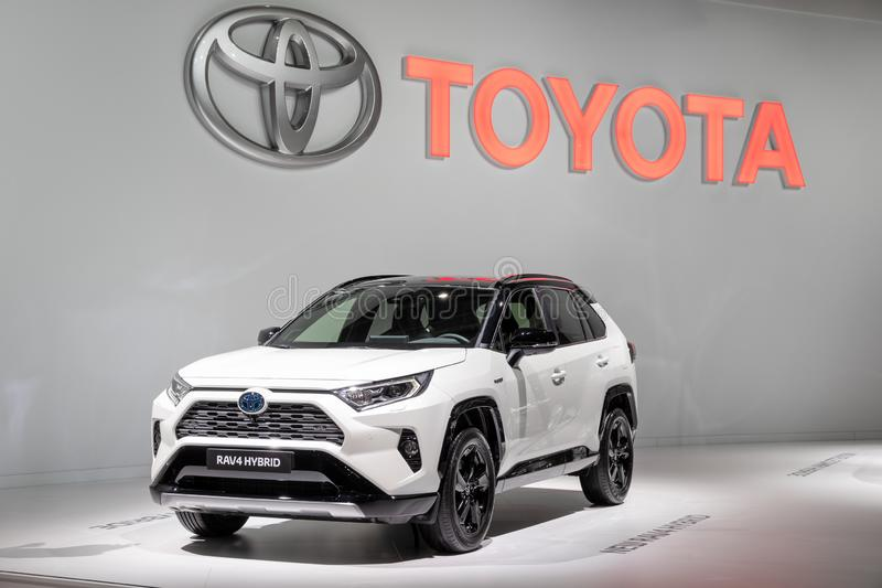 De Hybride die auto van Toyota RAV4 bij de de Motorshow van Parijs wordt gedemonstreerd royalty-vrije stock fotografie