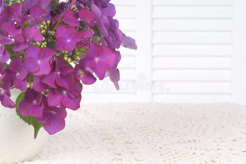 De hydrangea hortensia bloeit in een Vaas op Witte Lijstdoek met Wit Achtergrondgebied, Zaal of Ruimte voor Exemplaar, Tekst, of u royalty-vrije stock foto