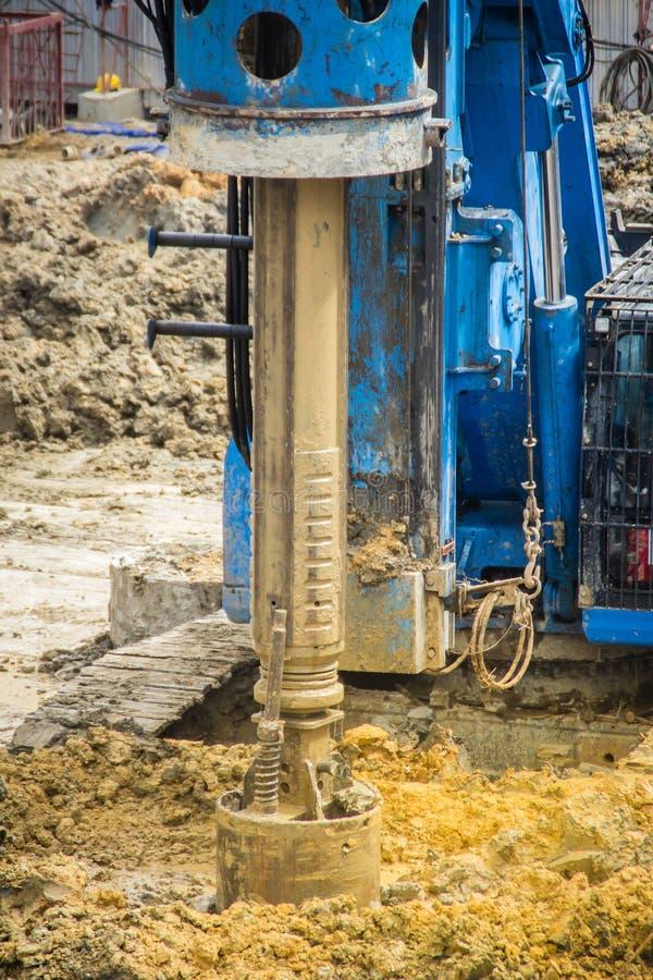 De hydraulische boringsmachine boring gaten in de bouwwerf voor bored stapelswerk Bored stapels zijn gewapend beton elem royalty-vrije stock foto