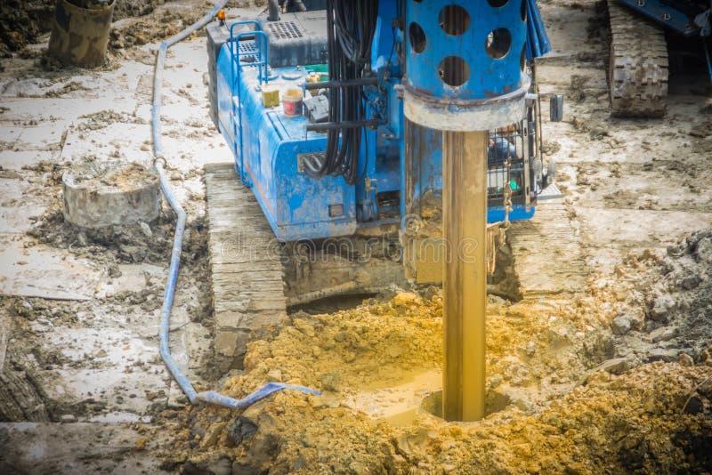 De hydraulische boringsmachine boring gaten in de bouwwerf voor bored stapelswerk Bored stapels zijn gewapend beton elem royalty-vrije stock foto's