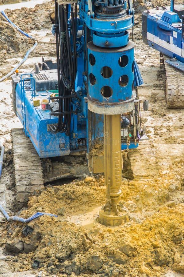 De hydraulische boringsmachine boring gaten in de bouwwerf voor bored stapelswerk Bored stapels zijn gewapend beton elem stock foto's