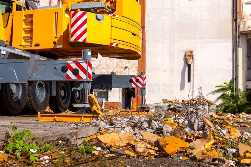 De hydraulische kraanvoet wordt gesteund door metaalplaat voor veiligheid, Zijstabilisator stock afbeeldingen