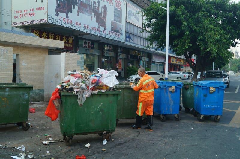 De hygiënearbeiders in huisvuilverwijdering stock fotografie