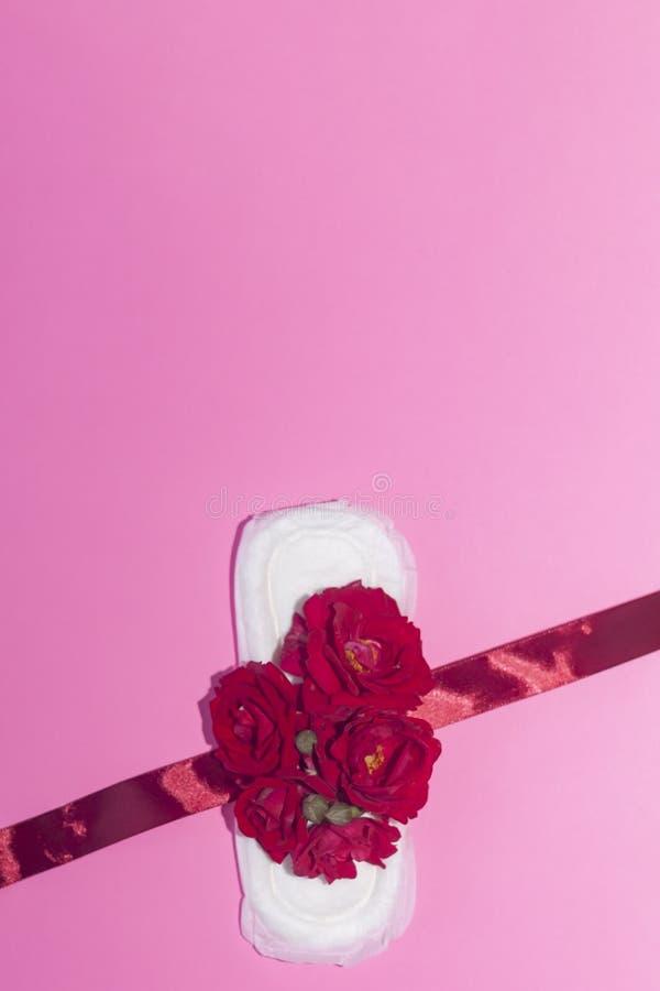 De hygi?neproducten van het wijfje op roze achtergrond Concept kritieke dagen, menstruele cyclus, periodedagen, PMS royalty-vrije stock afbeeldingen