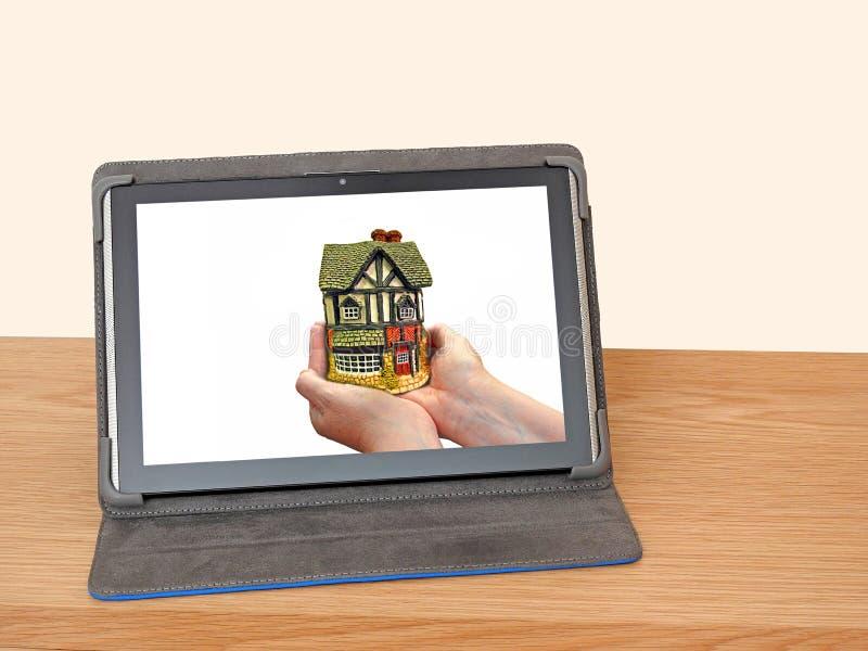 De hypotheekinvestering van het tabletapparaat online stock foto's