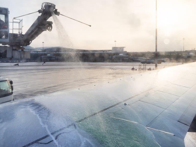 De-icing воздушных судн жидкостным реагентом в аэропорте стоковое фото
