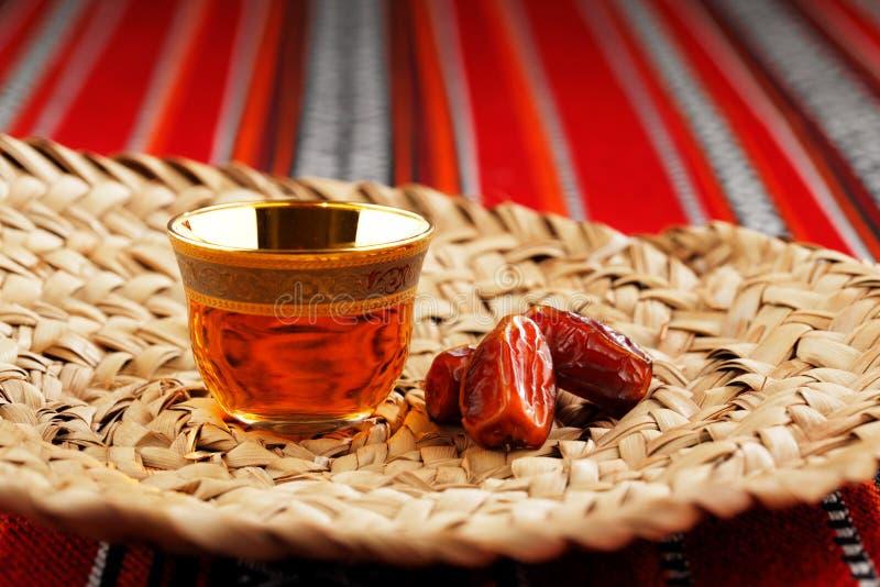 De iconische Abrian-stof met Arabische thee en de data symboliseren Arabische gastvrijheid royalty-vrije stock foto's