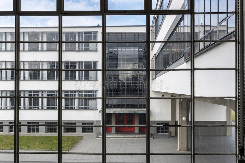 De iconische bouw van de Bauhauskunstacademie in Dessau, Duitsland stock foto