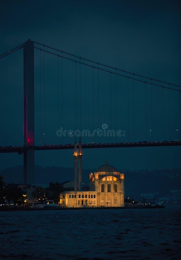 De iconische mening van Istanboel van de Brug en de Moskee stock foto's