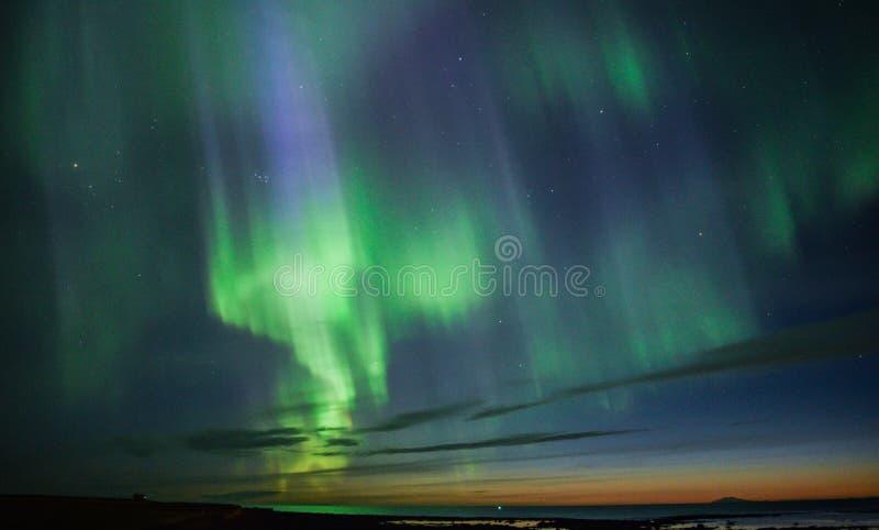 De Iconische Noordelijke Lichten boven IJsland stock afbeelding