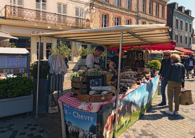 De iconische straatmarkt met een verscheidenheid van worsten in de Noordelijke Franse stad van Honfleur royalty-vrije stock foto's