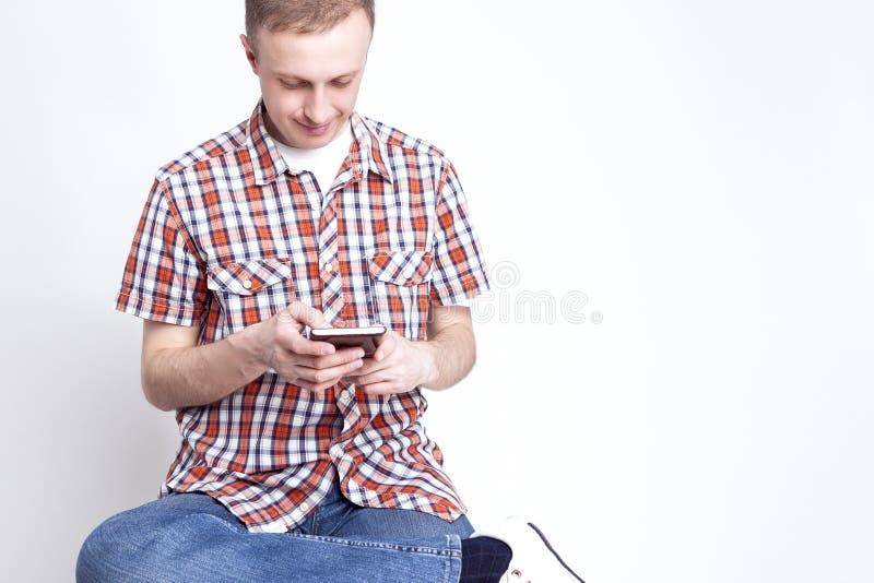 De Ideeën van de de jeugdlevensstijl Portret van de Gelukkige Kaukasische Mens die op Cellphone babbelen stock fotografie