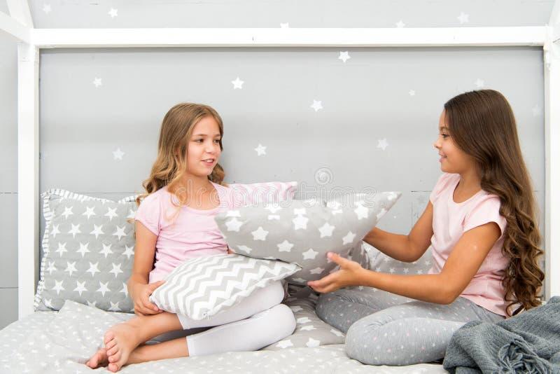 De ideeën van de meisjes sleepover partij Soulmatesmeisjes die pret sleepover partij hebben Meisjes gelukkige vrienden met leuke  royalty-vrije stock afbeelding