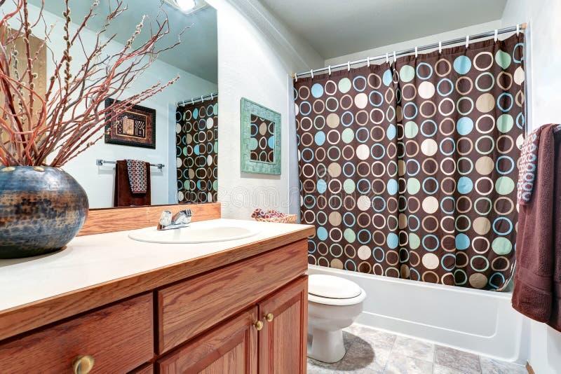 De ijdelheidskabinet van de huis binnenlands Badkamers met grote spiegel royalty-vrije stock afbeeldingen