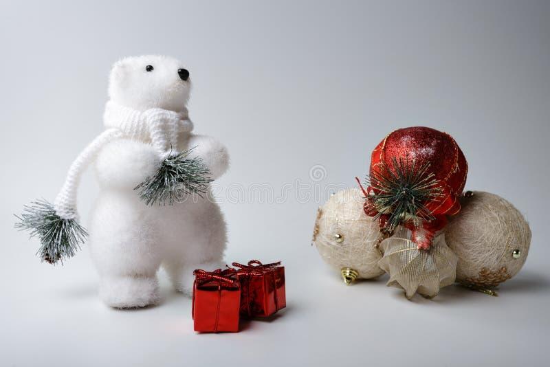 De ijsbeerwinter, Kerstmisdecoratie op witte achtergrond royalty-vrije stock afbeelding