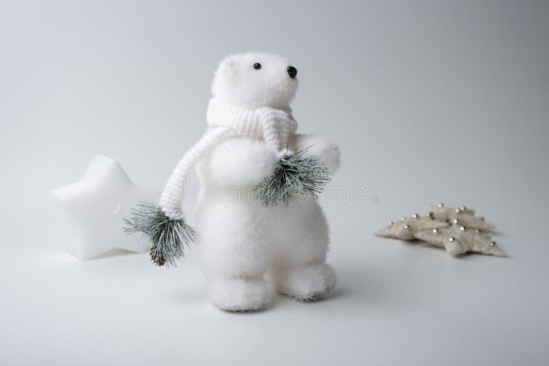 De ijsbeerwinter, Kerstmisdecoratie op witte achtergrond stock foto's