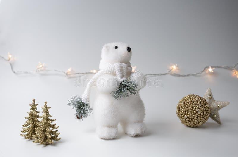 De ijsbeerwinter, Kerstmisdecoratie op witte achtergrond stock afbeelding