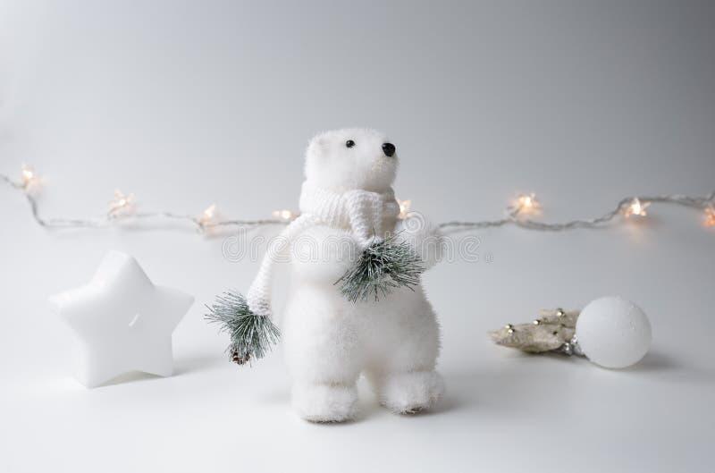 De ijsbeerwinter met Kerstmisboom stock afbeeldingen