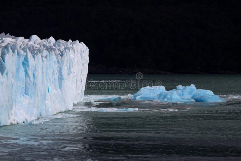 De ijsberg zwemt royalty-vrije stock fotografie