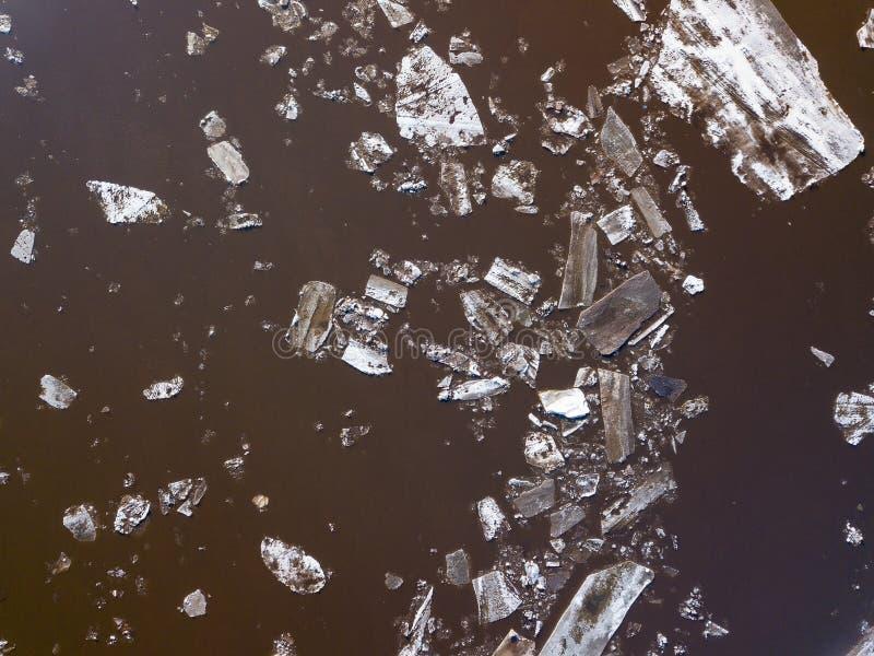 De ijsijsschollen die op de rivier drijven De ijsafwijking in de lentetijd stock afbeeldingen
