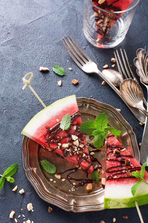De ijslollys van de watermeloenplak met chocolade, noten en munt royalty-vrije stock foto's