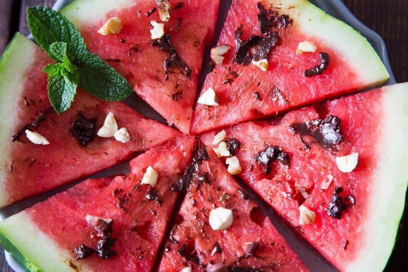 De ijslollys van de watermeloenplak met chocolade, noten en munt royalty-vrije stock fotografie