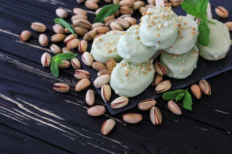 De ijslollys van het pistacheijs crem stock foto