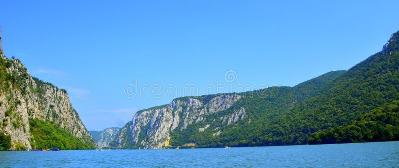 De ijzerpoorten is een kloof op de Rivier van Donau, vormt een deel van de grens tussen Servië en Roemenië stock foto