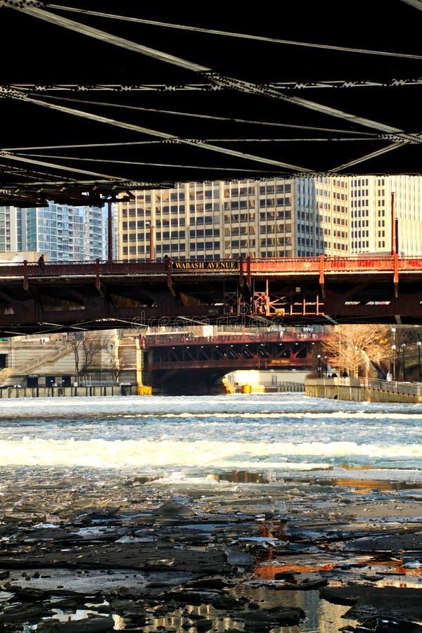De ijzige brokken van het rivierwater onder een laag-hoekmening van een bevroren Rivier van Chicago in Januari royalty-vrije stock foto's