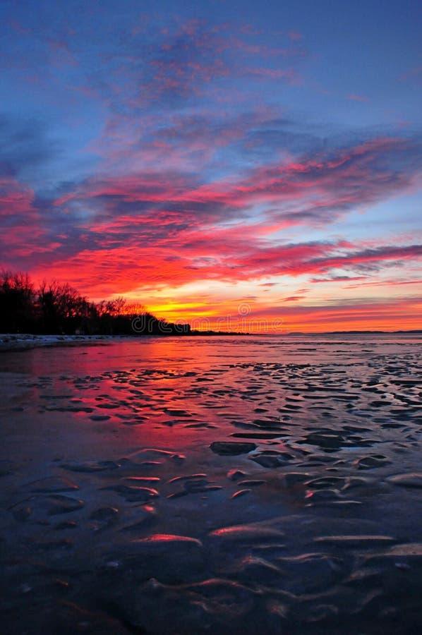 De ijzige zonsondergang van meerbalaton stock foto's
