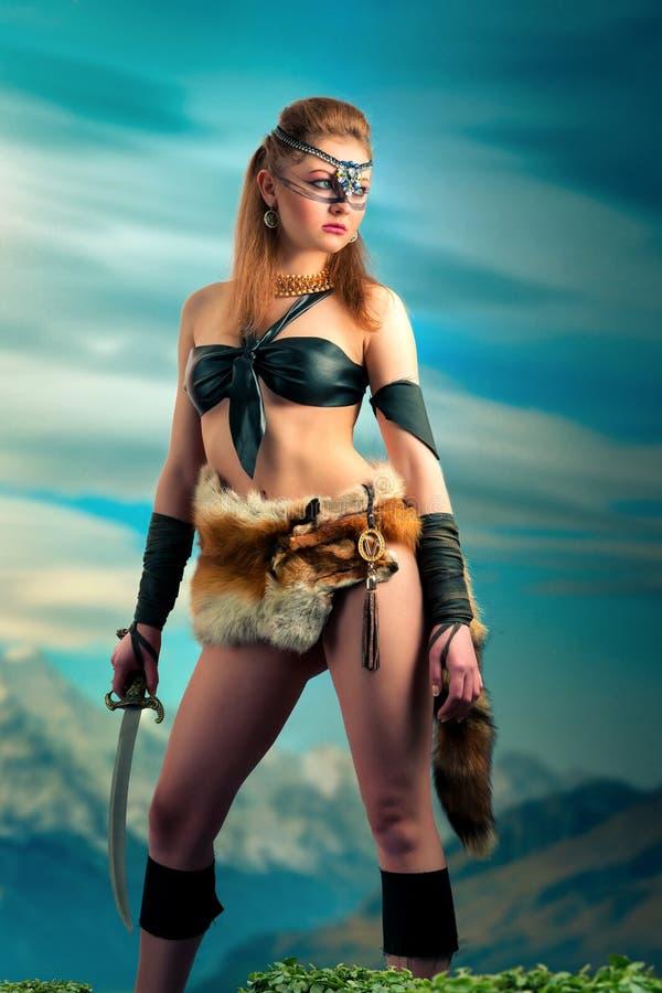 De iklädda hudarna för amazon kvinna av vilda djur arkivfoton