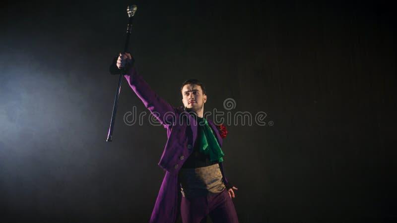De impresario benadrukt zijn riet kerel in purpere camisole en de cilinder stock fotografie