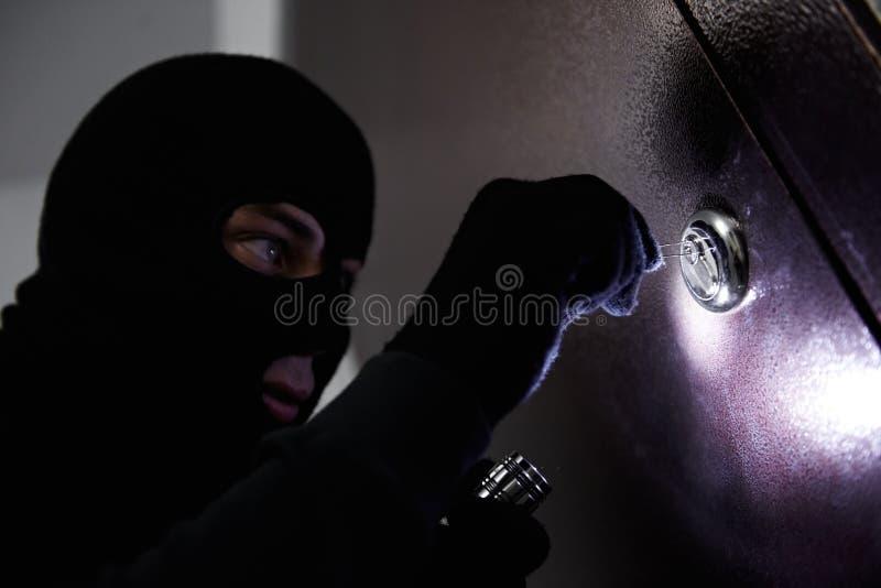 De inbreker van de dief bij huis het breken stock afbeeldingen
