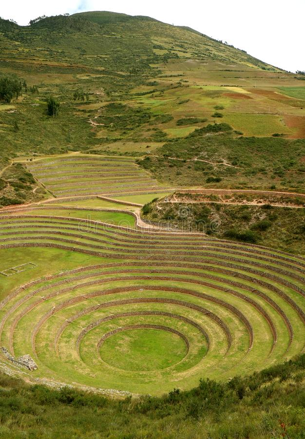 De Incan-Ruïnes van Moray, terrasvormige ringen op het hoge plateau van het dorp van de Archeologische plaats van Maras, Cusco-Ge stock foto's