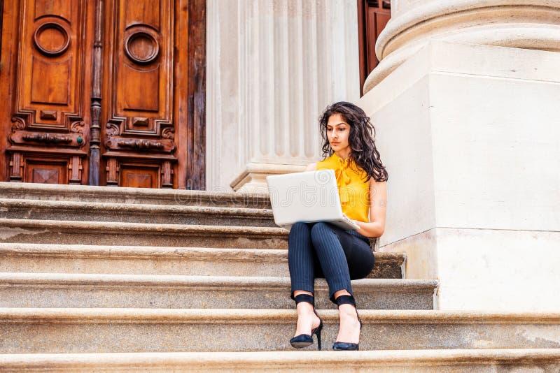 De Indische Amerikaanse student die van het oosten in New York bestuderen stock foto