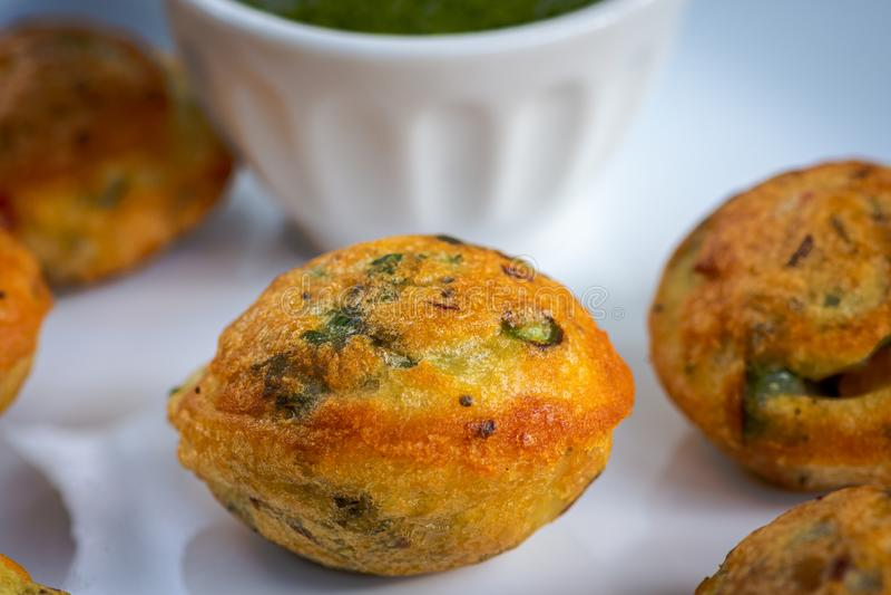 De Indische bal van de veganist gele die linze met verse veggies, appe in hindi wordt gevuld stock foto