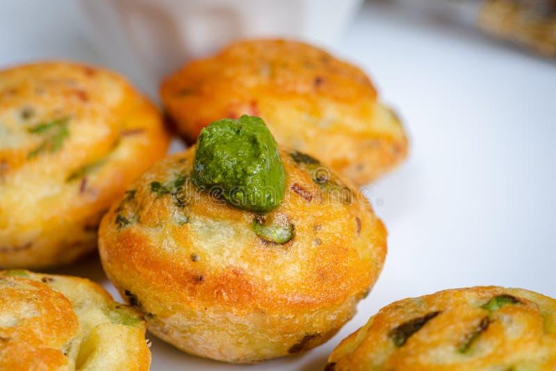 De Indische bal van de veganist gele die linze met verse veggies en groen chutney, appe in hindi wordt gevuld stock foto's