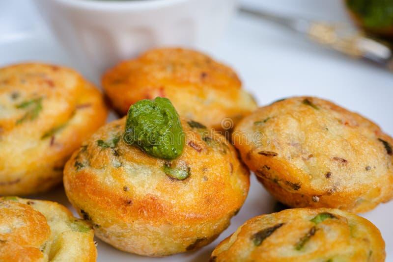 De Indische bal van de veganist gele linze die met verse veggies en groen chutney, appe in hindi wordt gevuld stock foto