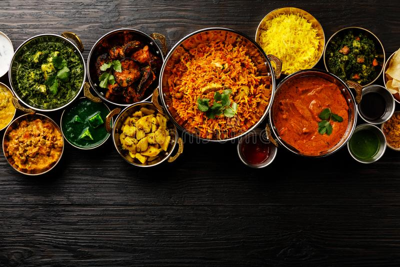 De Indische boterkip van de voedselkerrie, Palak Paneer, Chiken Tikka, Biryani, Plantaardige Kerrie, Papad, Dal, Palak Sabji, Jir stock afbeeldingen