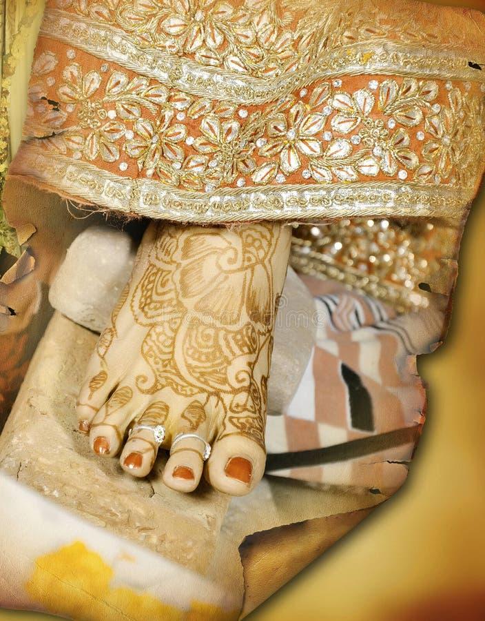 De Indische bruid raakt haar teen aan de ceremonie van steenrituelen royalty-vrije stock fotografie