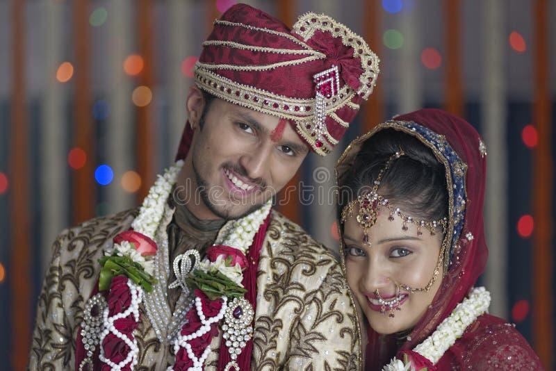 De Indische Hindoese Bruid & verzorgt een gelukkig glimlachend paar. royalty-vrije stock fotografie