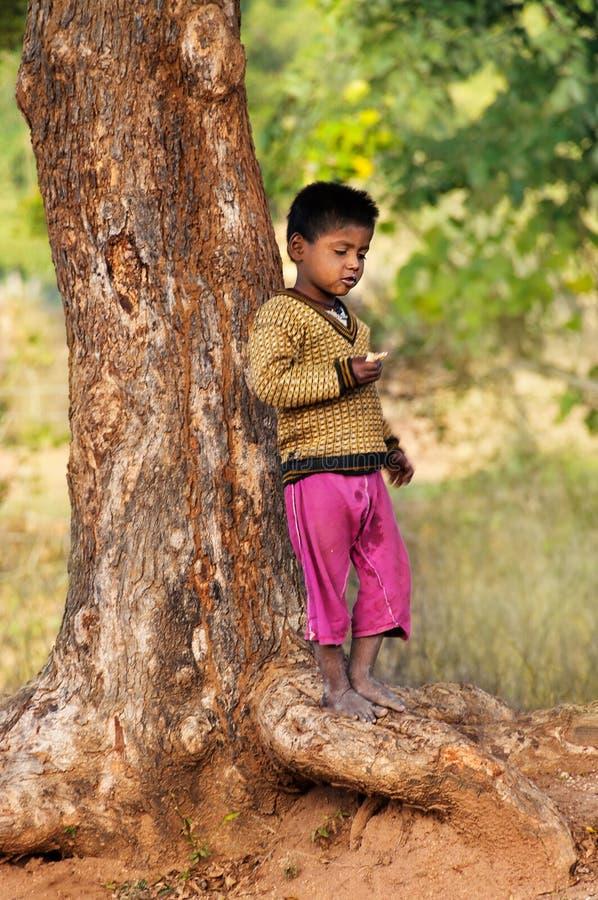 Download De Indische Jonge Jongen Bevindt Zich Dichtbij Boom Redactionele Afbeelding - Afbeelding bestaande uit slecht, etnisch: 54082525