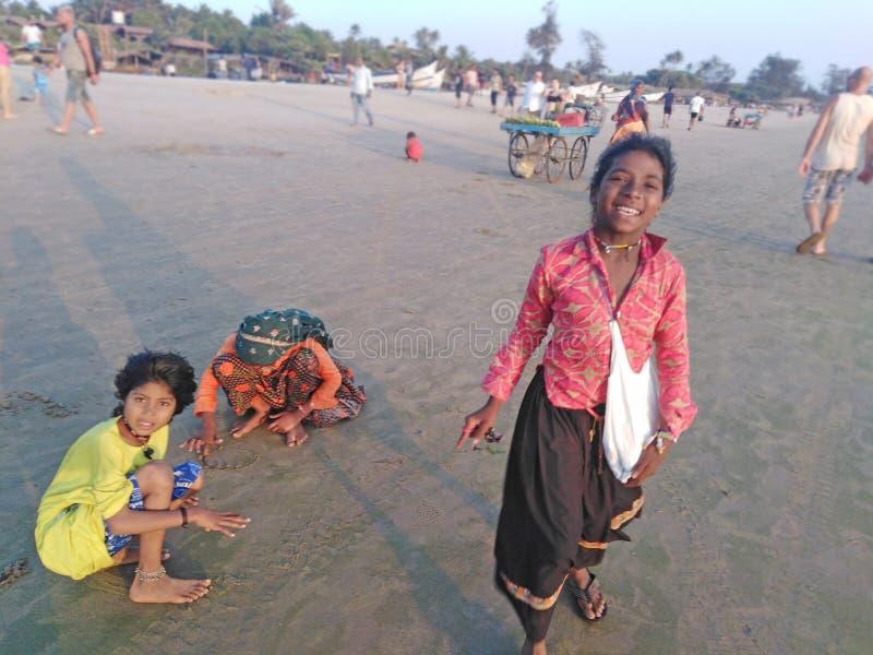 De Indische kinderen spelen in Arambol-strand tegen de avond Goa, India stock foto's
