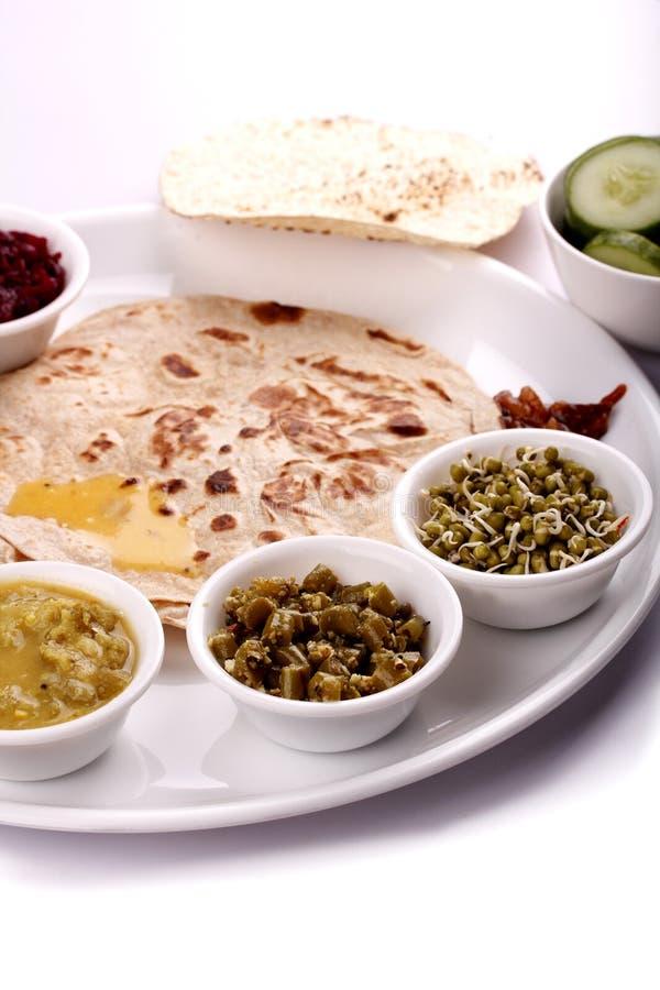 De Indische lunch - chapati en kruidt met kerrie stock afbeeldingen