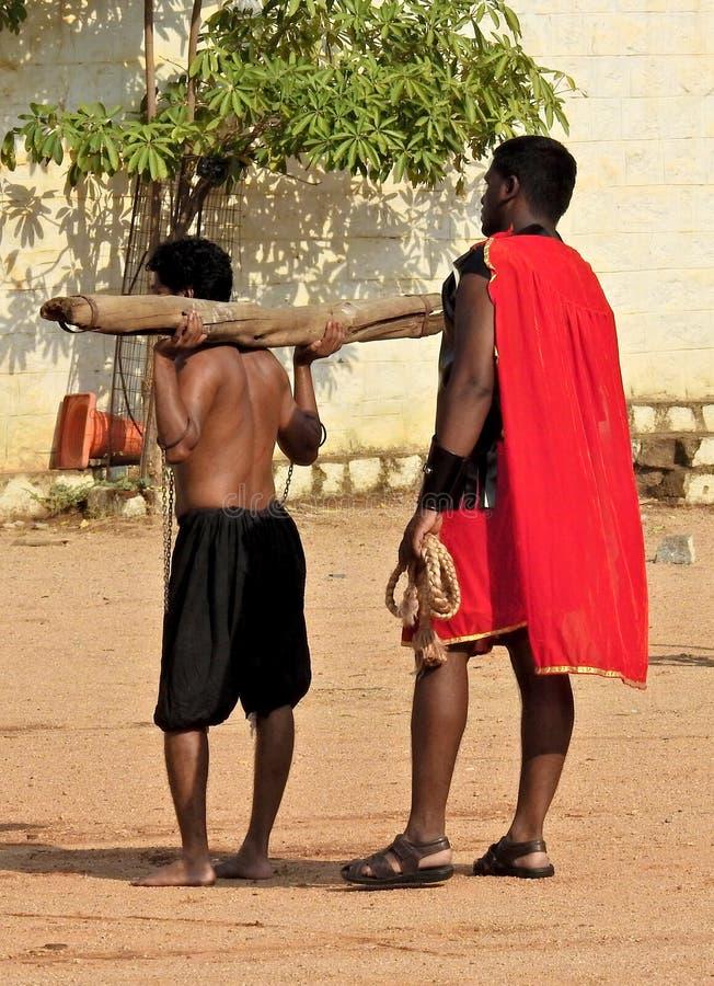 De Indische mens draagt het kruis tijdens het weer invoerenspel van Jesus Christ-kruisiging op Goede Vrijdag stock foto's